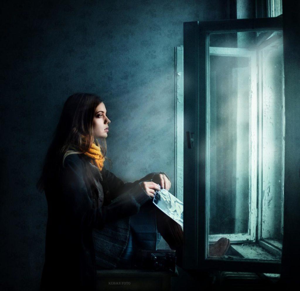 Eine Frau hält ein Bild in der Hand