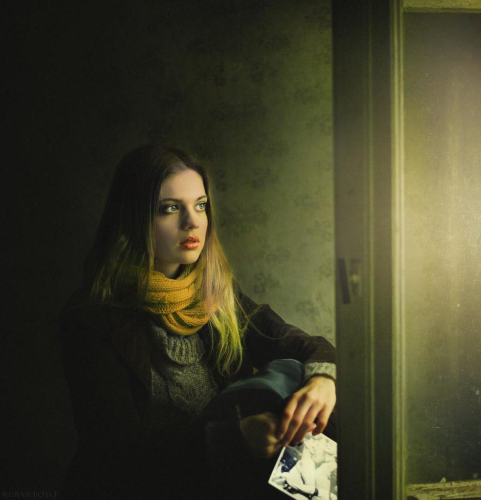 Eine Frau schaut durchs Fenster in die Welt