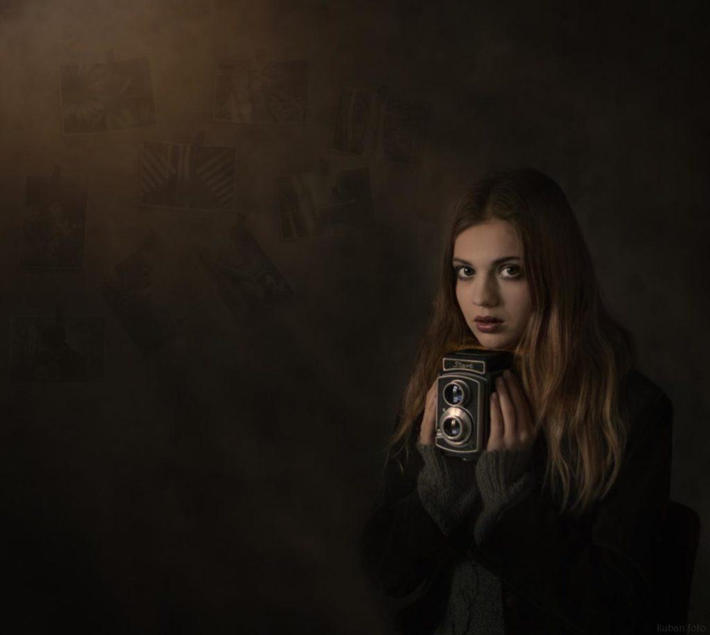 Junge Frau im alten Raum mit einer Kamera