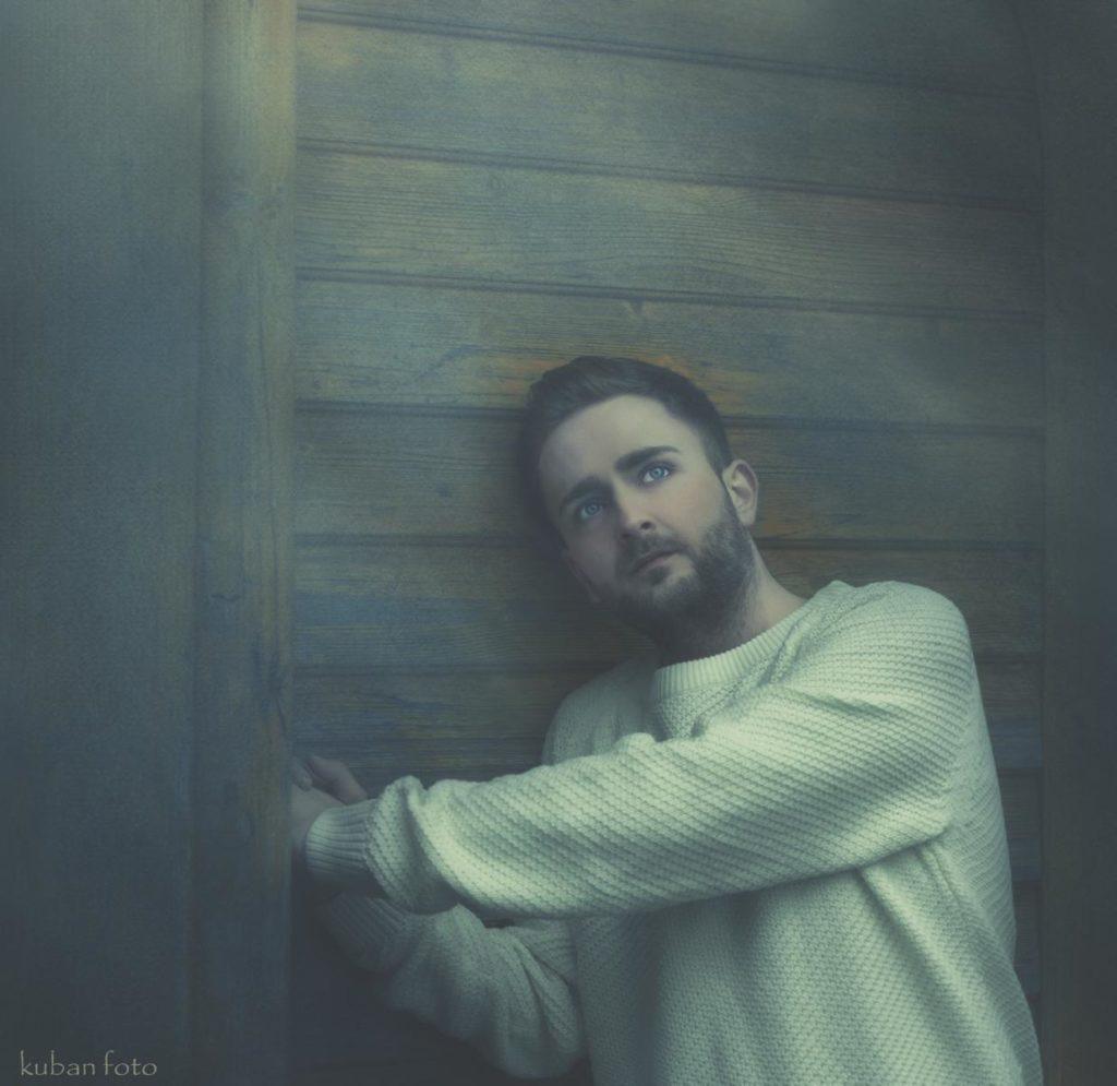 Ein Mann steht vor seiner Haustür und träumt