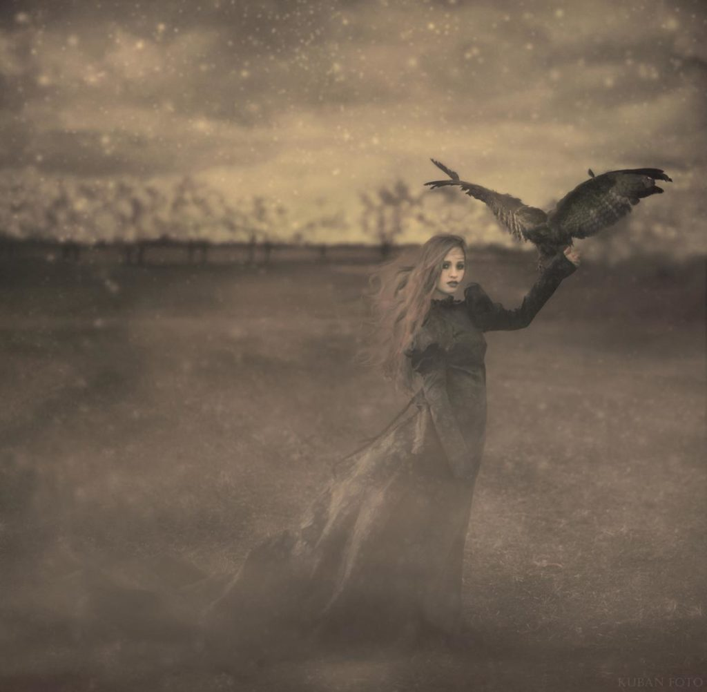 Eine Frau hält einen Adler in der Hand