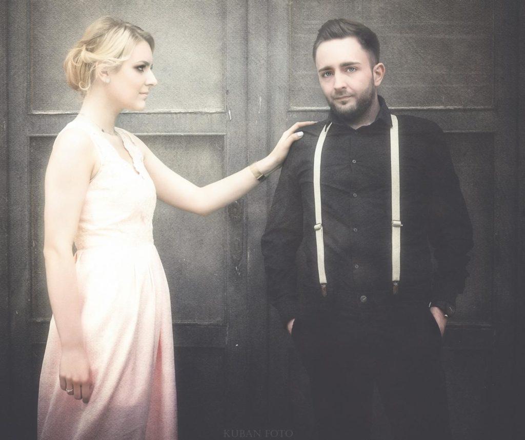 Ein Mann und eine Frau stehen vor einer Tür