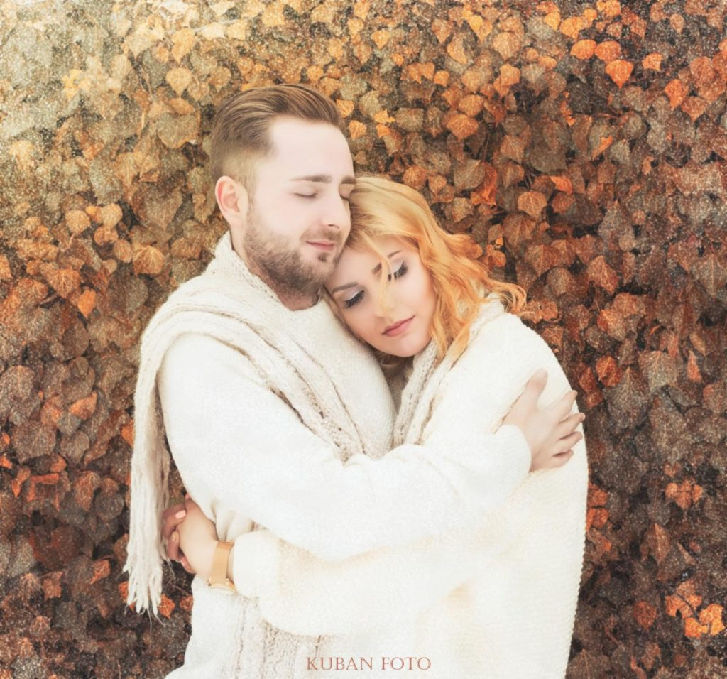 Ein junges Paar verliebt in sich