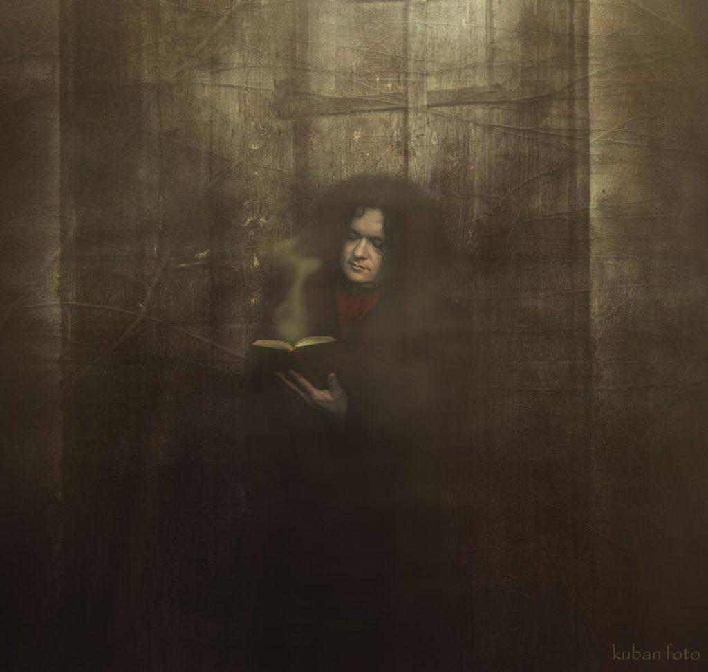 Ein Mann mit einem geheimnisvollen Buch