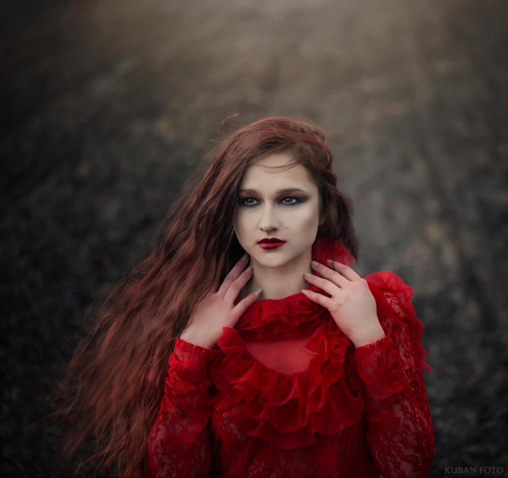 Eine Frau im roten Kleid auf dem Feld