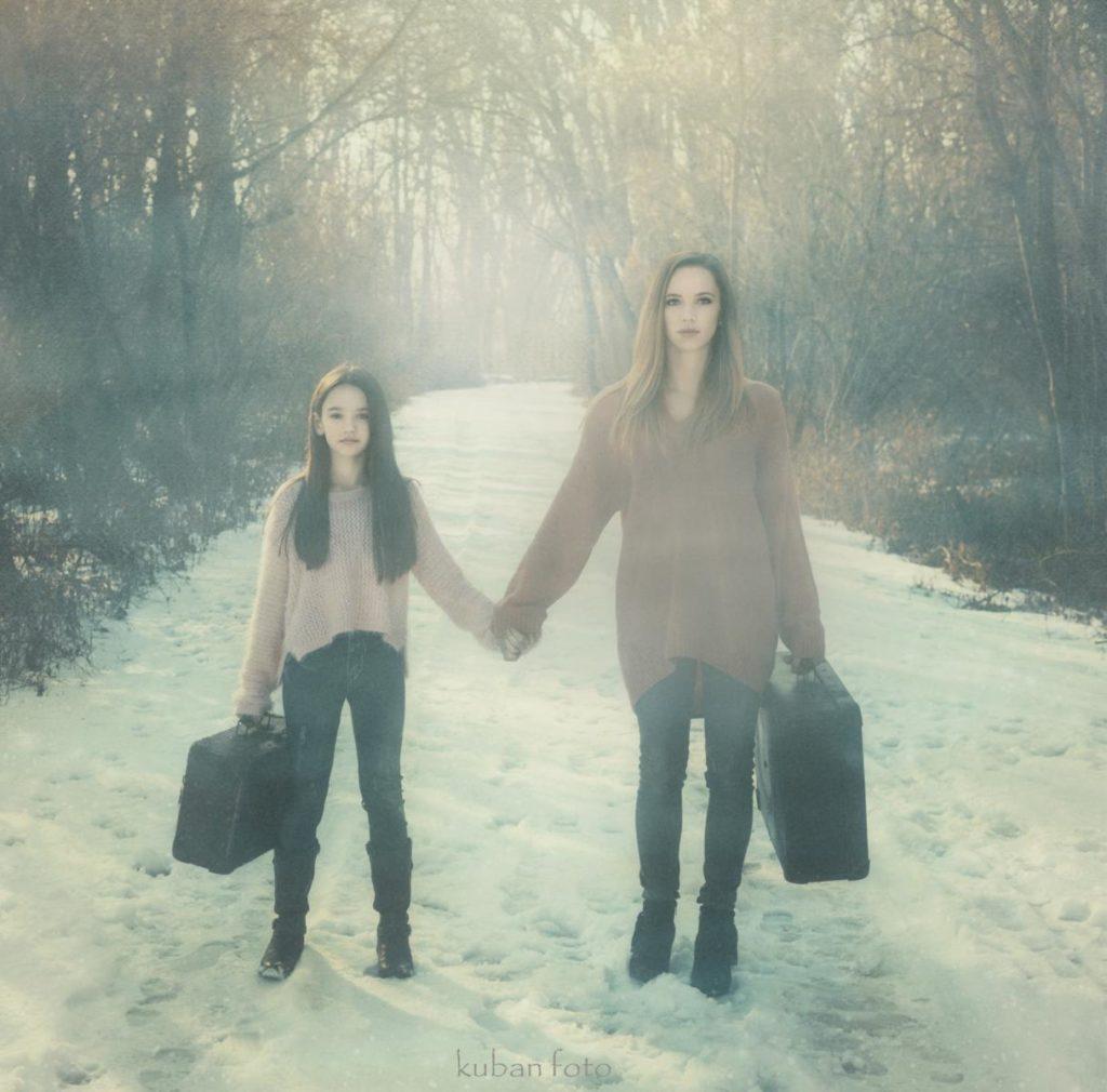 Mutter und Tochter sind auf dem Weg zum Bahnhof