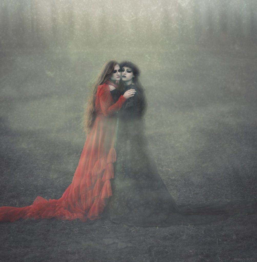 Zwei Models umarmen sich vor Kälte