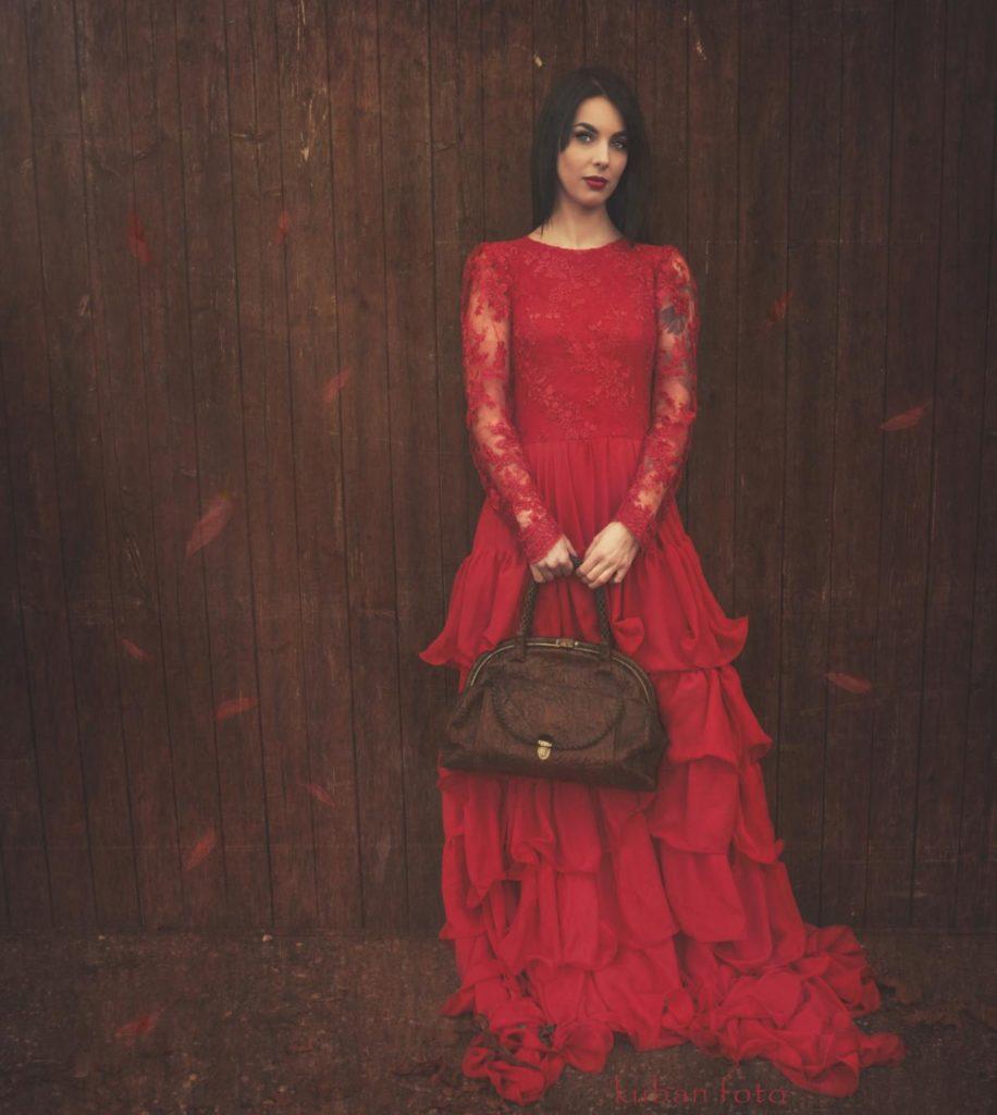 Outdoor Shooting in einem roten Kleid in Spillern