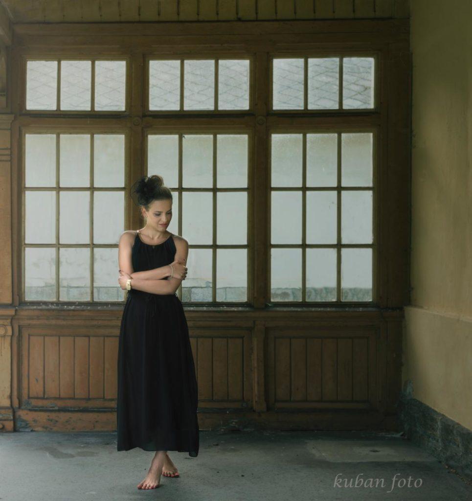 Junge Dame tanzt am verlassenen Bahnhof