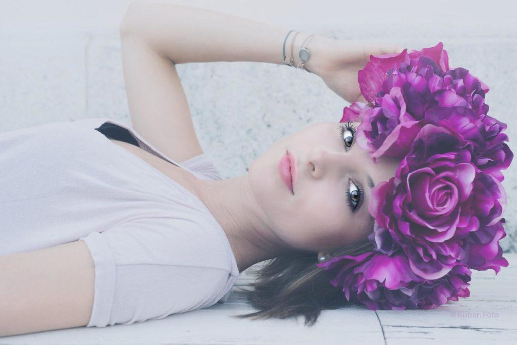 Violette Blumenkranz auf dem Kopf eines Models