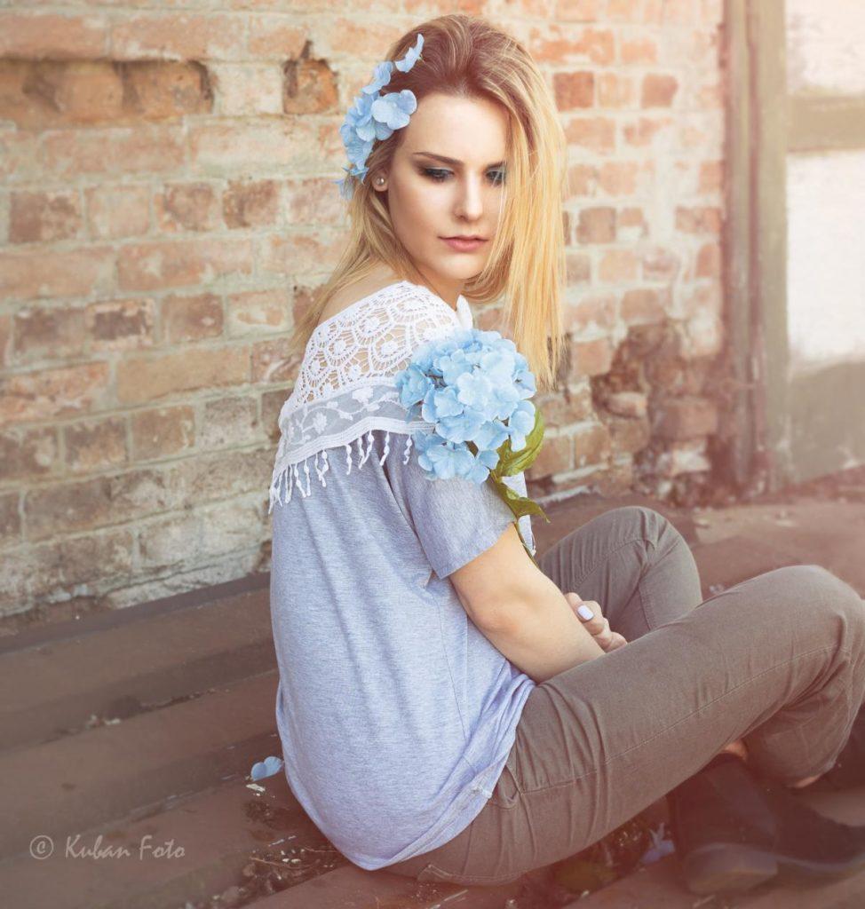 Junge Frau mit Blumen in den Haaren