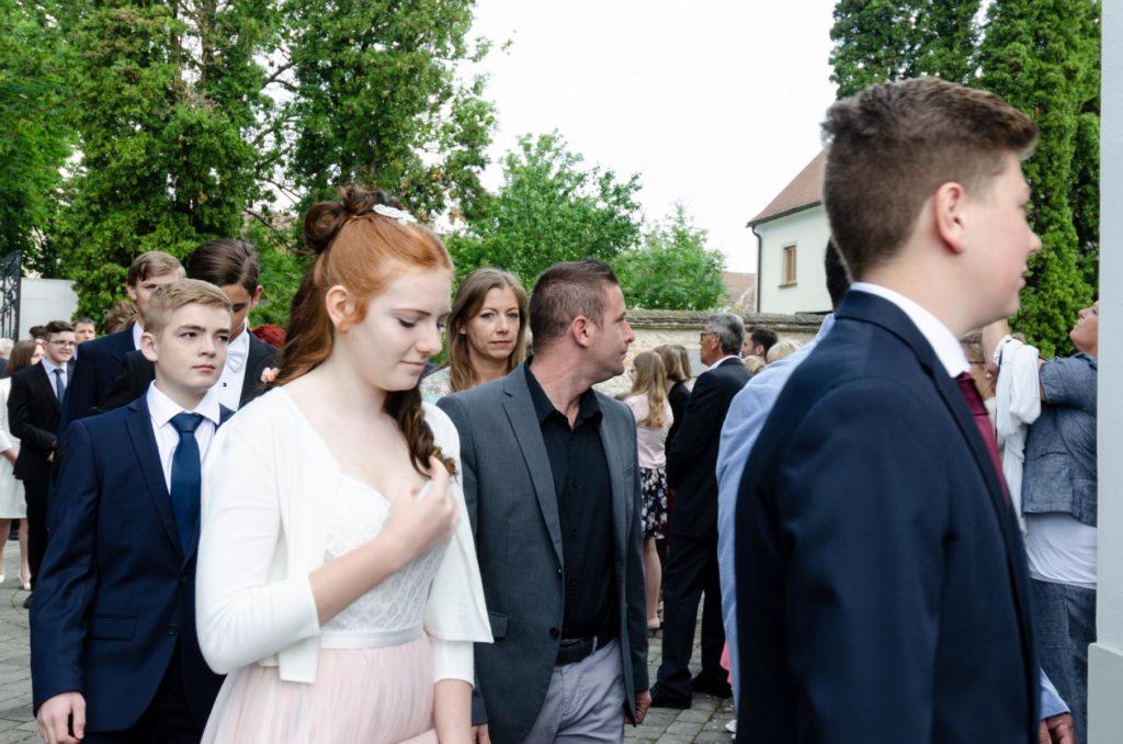 Junge Menschen gehen in die Kirche