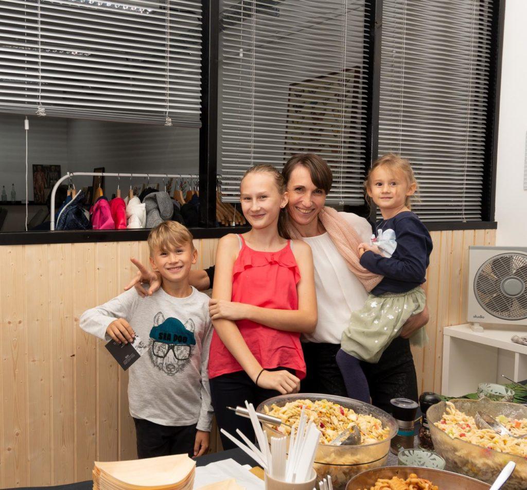 Familie beim Feiern